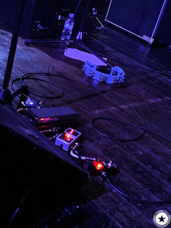 銀河系最強のディープファンク・バンドのザ・ニュー・マスターサウンズが2020年1月に3年ぶりとなる来日公演を行いました。2日目の大阪公演となるライヴを梅田シャングリラで観てきました。その感想を書いたブログ記事でエディー・ロバーツの使用エフェクターを映した写真1枚目です。