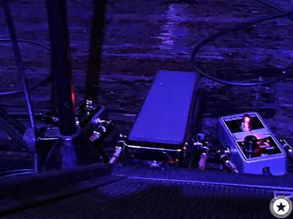 銀河系最強のディープファンク・バンドのザ・ニュー・マスターサウンズが2020年1月に3年ぶりとなる来日公演を行いました。2日目の大阪公演となるライヴを梅田シャングリラで観てきました。その感想を書いたブログ記事でエディー・ロバーツの使用エフェクターを映した写真2枚目です。