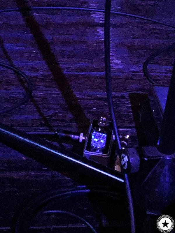 銀河系最強のディープファンク・バンドのザ・ニュー・マスターサウンズが2020年1月に3年ぶりとなる来日公演を行いました。2日目の大阪公演となるライヴを梅田シャングリラで観てきました。その感想を書いたブログ記事でエディー・ロバーツの使用エフェクターを映した写真3枚目です。